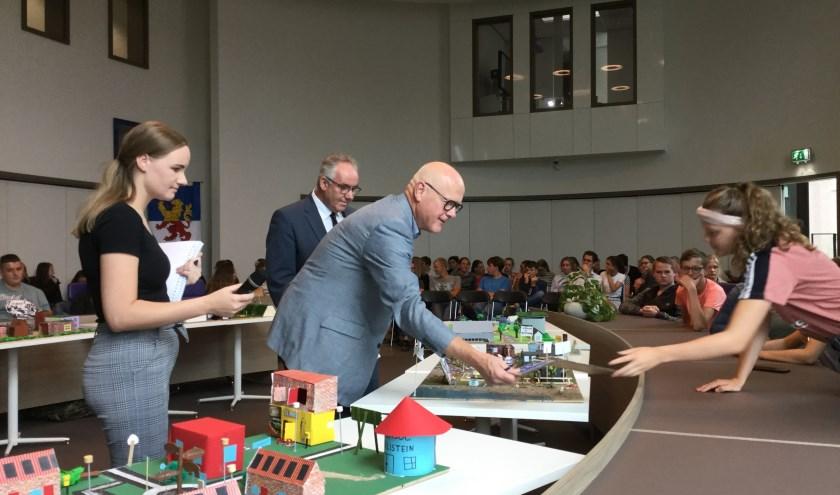 Jury met wethouder Nees van Wolfswinkel buigt zich over plannen nieuwe wijk.(Foto's: Jan Woldberg)