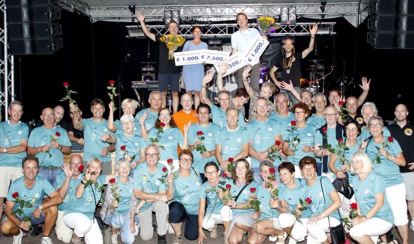 De uitreiking van cheques ter waarde van € 17.000 zorgde voor een groot feest tijdens het Blarenbal in Boxmeer. (Foto: Bas Delhij)