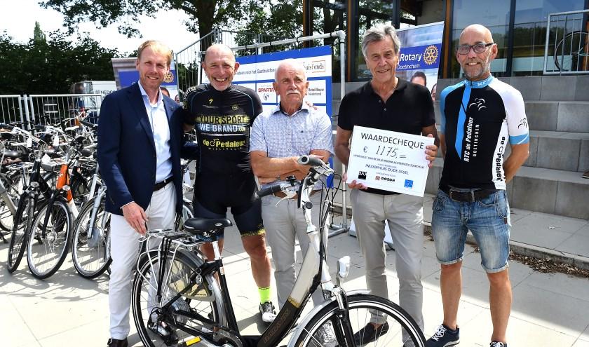 Vlnr Hessel Lubbers (Rotary), Jelle Nijdam, Laurens Jansen (Rentmeester St. Gasthuisfonds Doetinchem), Henk Wubbels (Inloophuis Oude IJsselstreek), Bert Veltman (RTC de Pedaleur).