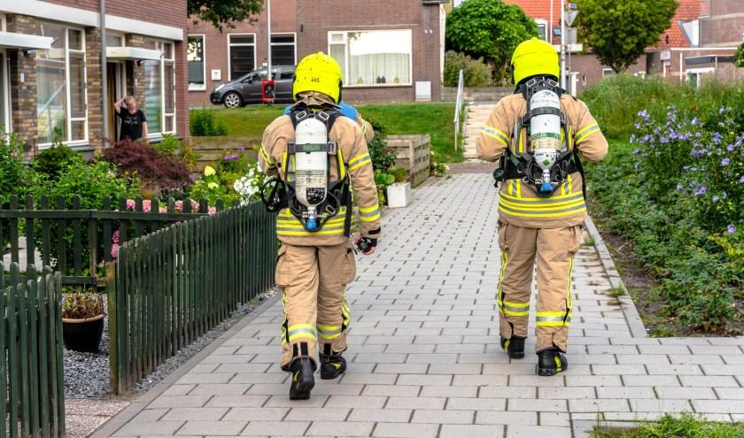 Brandweer doet onderzoek naar gaslucht in Rhoon. Foto: AS Media