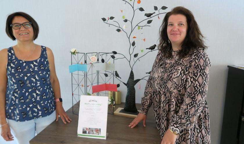 De vrijwilligers Monique Lensselink (links) en Claudia Zuidema bij de Levensboom, een van hun projecten.