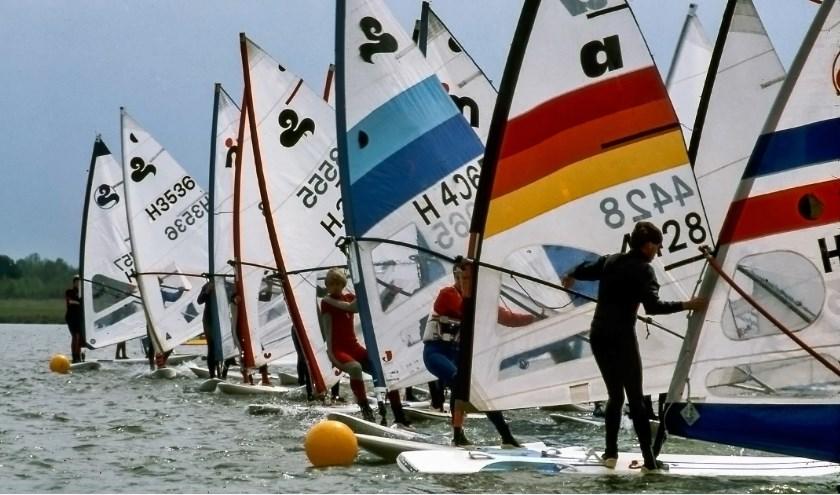Windsurfers in de jaren tachtig op het water van recreatieplas Het Rutbeek. Op zondag 1 september keren de windsurfers van weleer terug voor de Oude Deuren Cup.