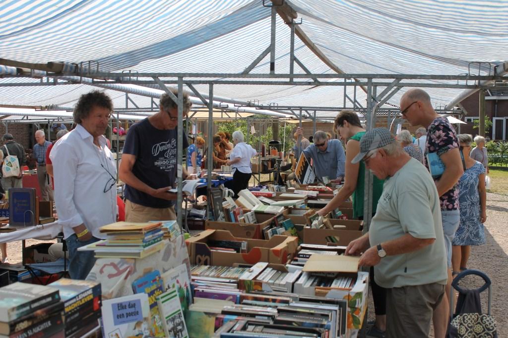 Al bijtijds veel bezoek tijdens de Zomerboekenmarkt in Bredevoort.  Foto: Leo van der Linde © Persgroep