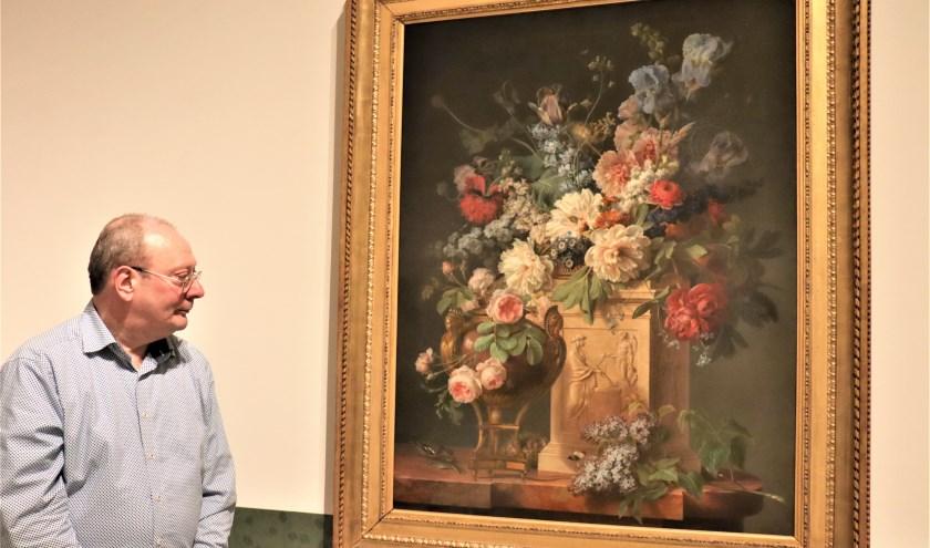 Paul Huys Janssen, een van de curatoren die de tentoonstelling samen stelde geniet van het schilderij dat ooit aan Lodewijk XVI toebehoorde.