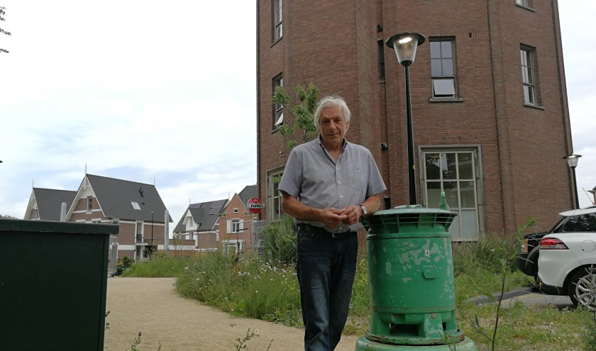 Eugene Schenkels voor zijn Watertoren in het Oranjepark, die hij heeft behouden voor Vlaardingen (Foto Peter Spek).