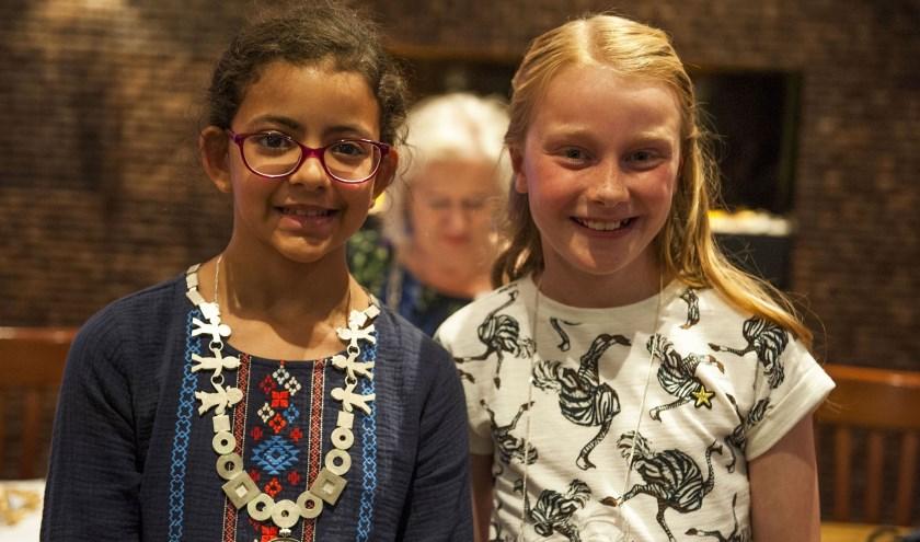 De Kinderburgemeester van Overbetuwe, Salma Bensiali (links), ontmoet haar collega Tess Elbers van Lingewaard. (foto: Ellen Koelewijn)