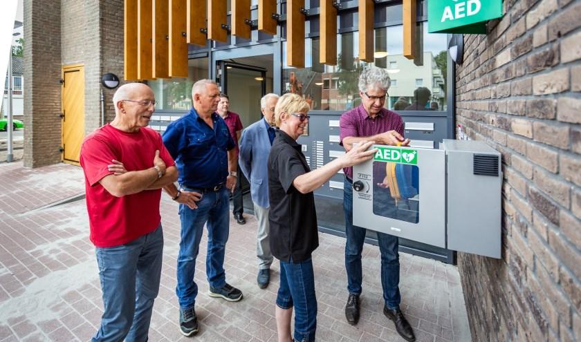 De officiële installatie van de 24/7 AED aan het Woonvestecomplex door wethouder Mart van der Poel. Foto: Yuri Floris Fotografie