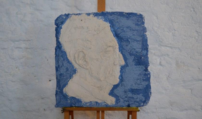 Voor kleikunstenaar Maria moet een beeld vooral raken. Het model voor dit werk was postzegelverzamelaar, vandaar deze uitkomst.