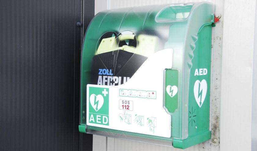 Met zo'n automatische externe defibrillator kunnen mensen met een hartaanval het leven gered worden. In Berghem zijn er 28.