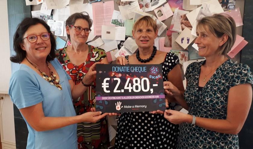 Van rechts naar links: Rian van Schaik (Make a Memory), Virginia Mouw, Judy Koopman en Thérèse Bouwens (bestuursleden van de stichting).