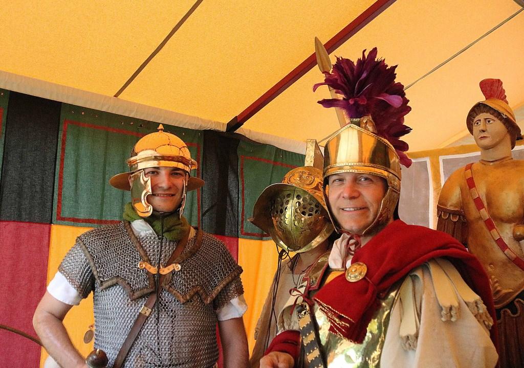 Een kleurrijk schuilmoment in de tent van Marcus Fabius (r) en Medusa Gladiatrix (m) met een Romeinse soldaat. Foto: Hanny van Eerden © Persgroep