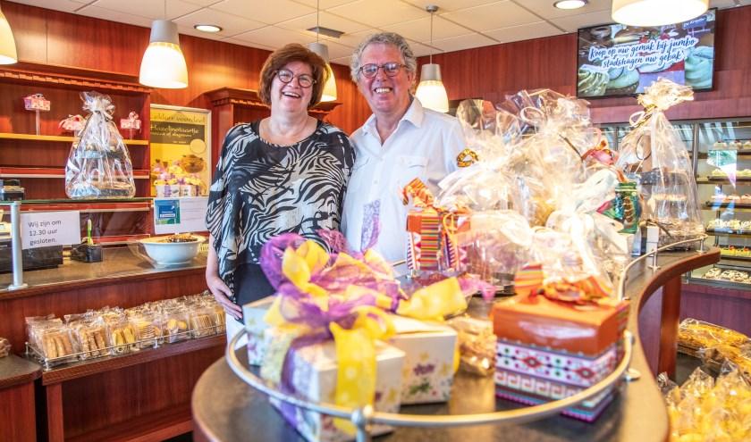 Ina en Ton Aaldenberg in de winkel. Zaterdag  is Banketbakkerij De Kruyter voor het laatst geopend. (foto: Frans Paalman)