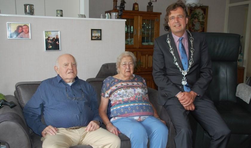 Het echtpaar Hol-Kragtwijk werd woensdag gefeliciteerd door burgemeester René Verhulst.