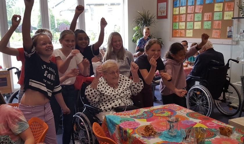De ouderen zijn dolgelukkig met de bezoekjes van de kinderen (Foto:PR)