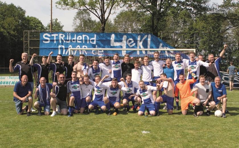 De kampioenen van Loo na de promotie naar de vierde klasse.