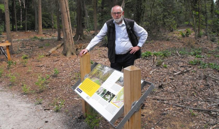 Gerard Vaanhold achter het informatiebord bij de ingang van het Grintenbosch. Hij heeft zich ingezet voor een vernieuwd pad in het bos bij de Veldmaat.