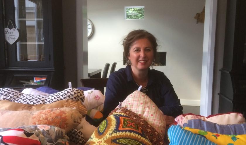 Petra Mol-Swinkels is twintig tot vijfentwintig uur per week in de weer om zo'n vierhonderd kussentjes in een jaar te maken.