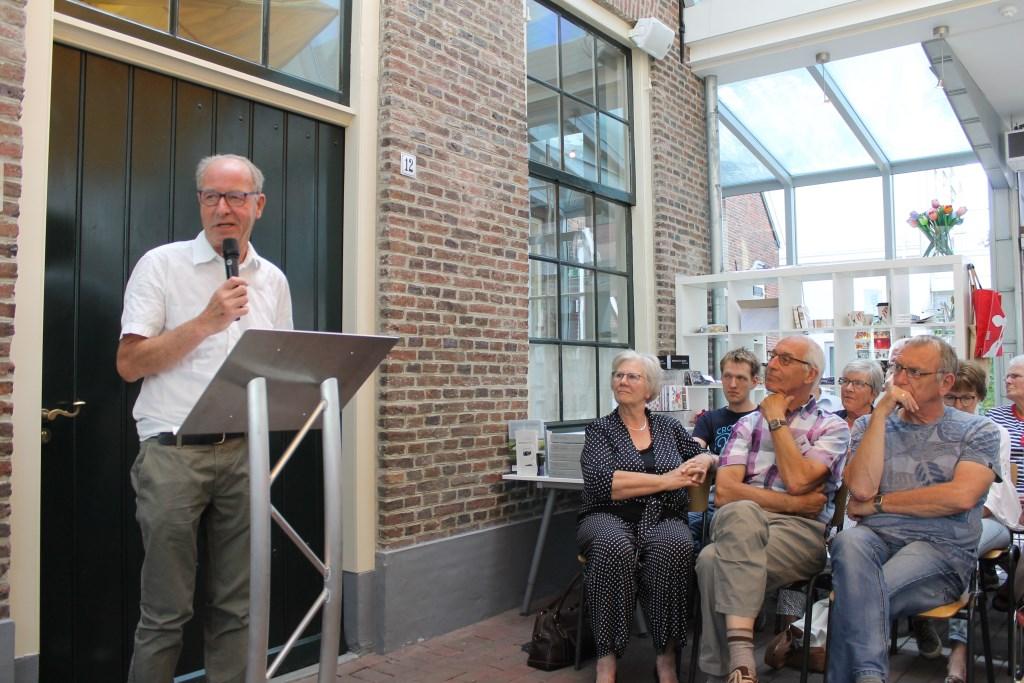 Jos Wessels (links) stelde de expositie 'Bezield Erfgoed' samen met behulp van medewerkers. Foto: Leo van der Linde © Persgroep