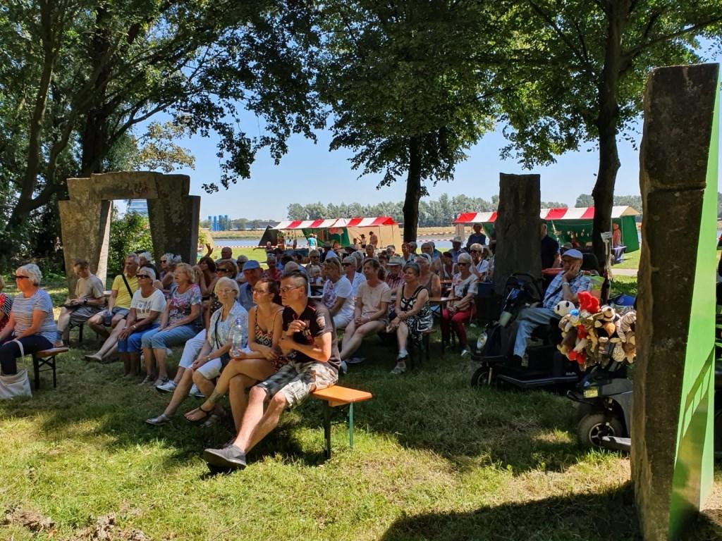 Het was, mede dankzij de vele schaduwplekken, genieten tijdens een zomers Noordparkfestival. (FOTO: Jurgen Jansma)  © Persgroep