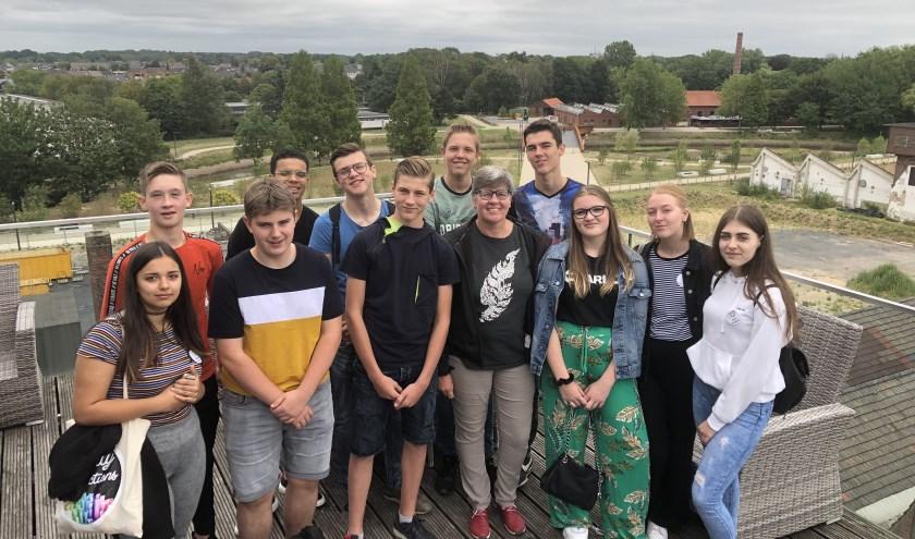 Op de foto staan de jongeren uit Montferland, Oude IJsselstreek en 3 jongeren uit België en 2 uit Litouwen en Christa van Dee (ontgrenzer). Zij staan op het dakterras van het LWL museum en achtereen het voormalige industrieterrein van de textielwerken.