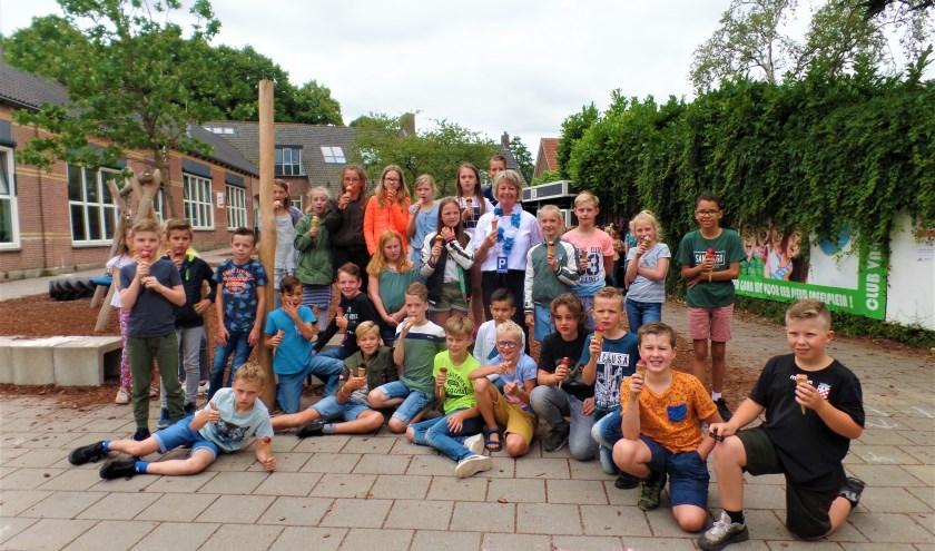 Juf Ineke samen met haar groep 6 op het plein van Kindcentrum De Schalm. Vandaag is het echt haar laatste dag! (Foto: Anja Helmink)