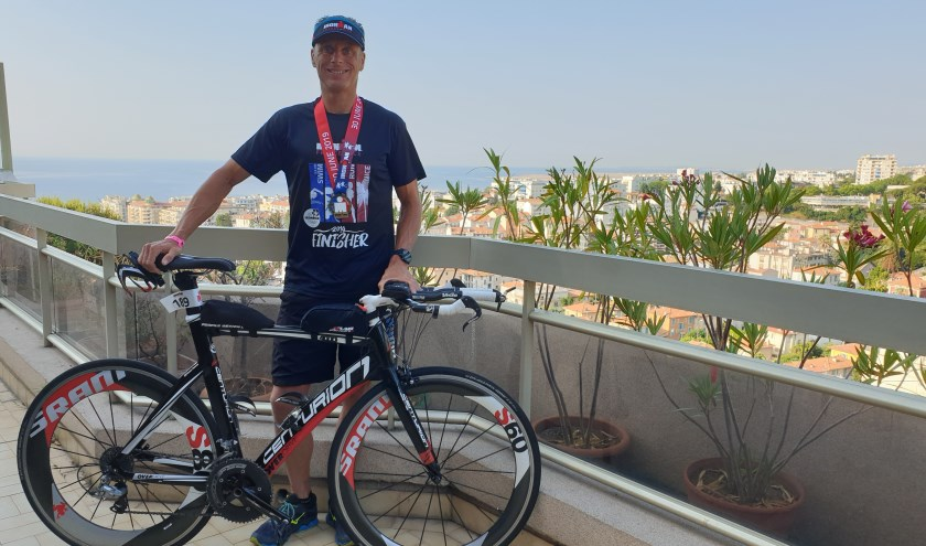 Remon Hemmes met zijn medaille om in Nice. Hij wordt gesponsord door Outdoor Nunspeet en Praktijk voor Fysiotherapie Roelofs. (eigen foto)
