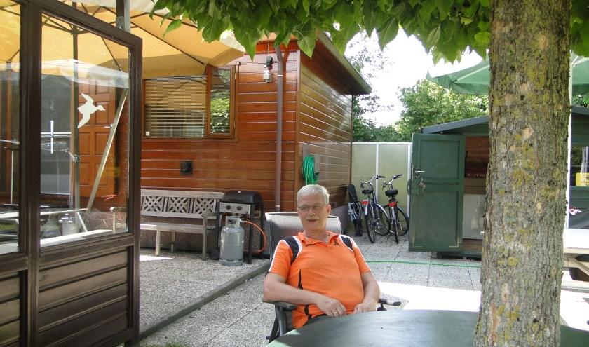 Bert-Jan van Dam voor zijn stacaravan op camping ''Warnsveld''
