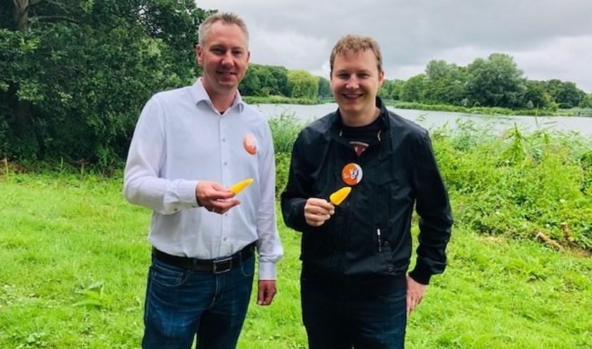 Fractievoorzitter Rogier van Veen en VVD-wethouder Igor Bal eten een ijsje in het Bernissegebied.