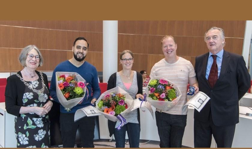 van links naar rechts:Burgemeester Mirjam Salet, de drie redders: de heer Arkiza, mevrouw Rabouw, de heer Tesser en de heer Heldring van de Maatschappij tot Redding van Drenkelingen.Foto: PR