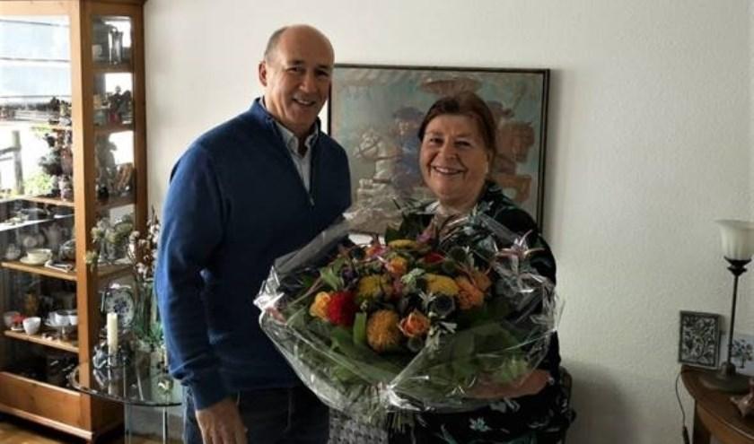 Ton Mennen van KPN NetwerkNL feliciteert mevrouw Jansen.
