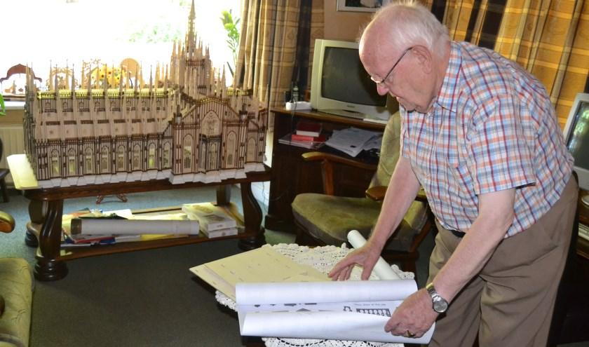 Niek Noort met de tekening van het chalet. Op de achtergrond de kathedraal van Milaan. Foto: Karin Stronks