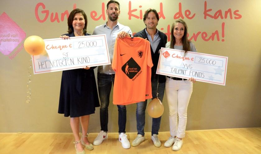Van Nistelrooy met stichtingen die 'zijn' overgebleven geld krijgen. Vlnr: Margot Ende, directeur Het Vergeten Kind, Ruud van Nistelrooy, Sander Roege van de KNVB en Yvonne van Gennip.
