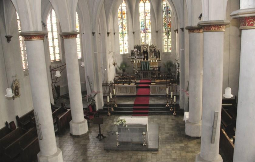 Het interieur van de Sint Antonius Abtkerk in Loo.