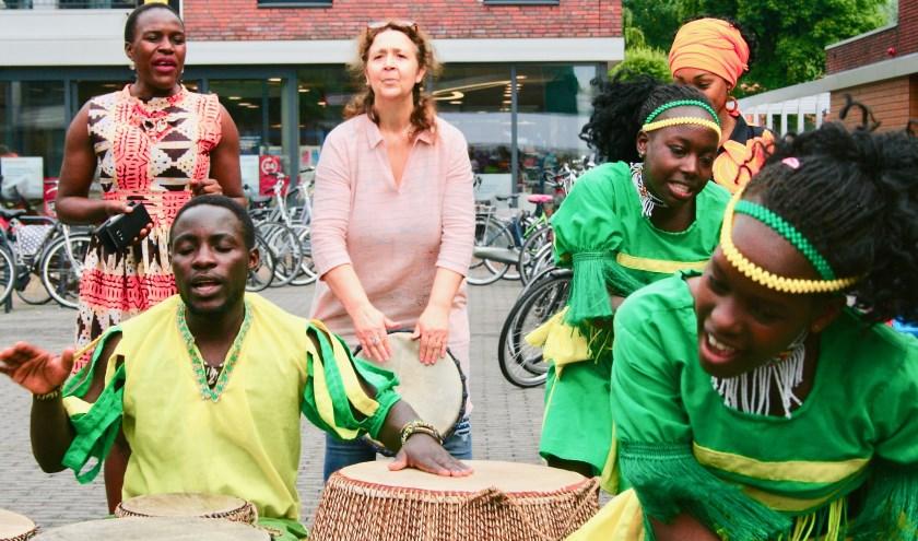 Tijdens de internationale vluchtelingendag 2019  speelde Nadia Zaïdi djembé met de Oegandese jeugd-djembé groep van Up4s.Foto: Atelier Ambrosius