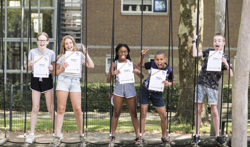 Petje af-kids uit de Heuvel met hun diploma's