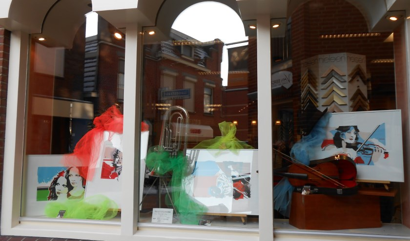 Kunstwerken worden geëxposeerd in de winkels. Foto: PR