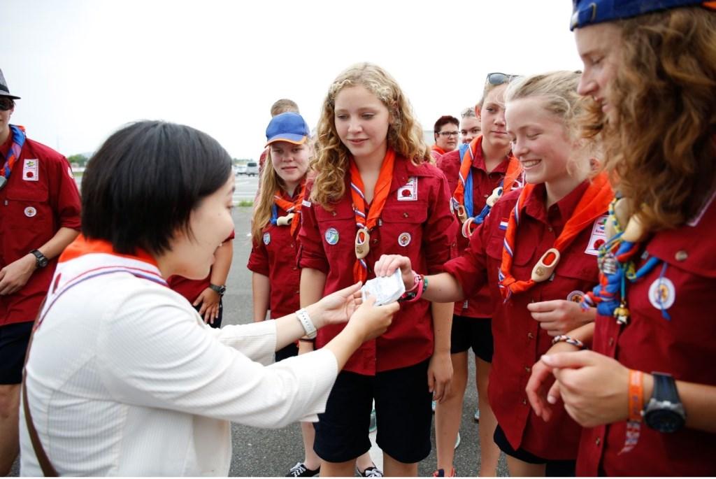 Nederlandse scouts bedanken hun gids tijdens de World Scout Jamboree in 2015 in Japan. Foto: Liam Painter Foto: Liam Painter © Persgroep