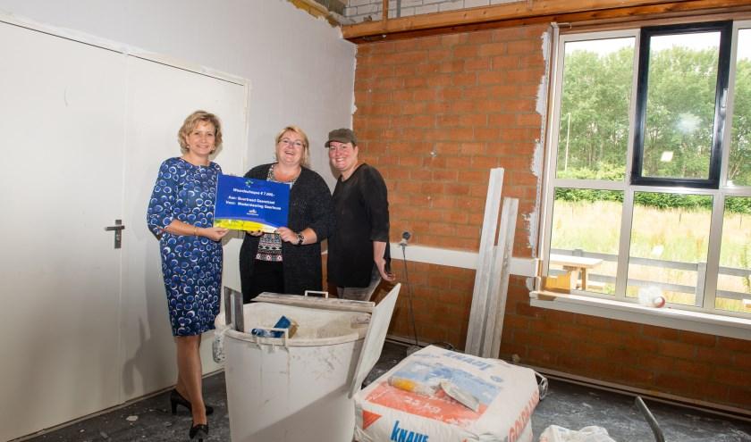 Wethouder Lia de Waard-Oudesluijs overhandigde de waardecheque aan Ellen Scholten, voorzitter van de buurtraad. (foto: Dennis Dekker)