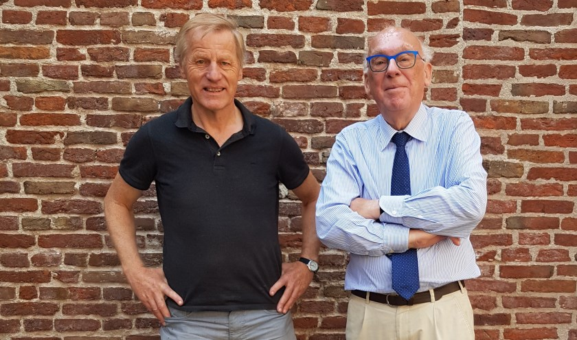 Willem van Norel (l.) en Maarten Seijbel verzorgen om en om de lezingen  (Foto: Wilma Seijbel)