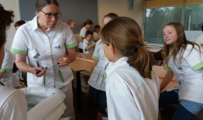 Medewerkers van RST Zorgverlenerslieten onlangs kinderen op de Dr Steenblokschool en de Calvijnschool kennismaken met zorg.  (Foto: PR)