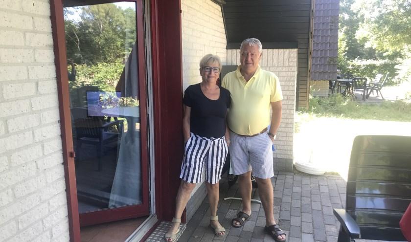 """Loes en Piet uit Bergen op Zoom verblijven in een huisje op 't Stien'nboer: """"Het bevalt ons hier erg goed. Het is een gemoedelijk camping."""""""