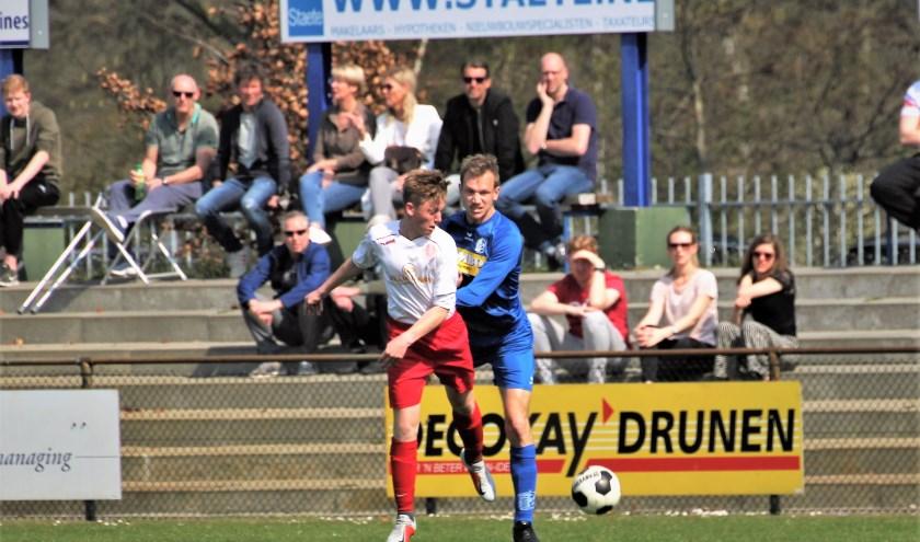 Actiemoment uit een duel van RKDVC. De nieuwe trainer, Edwin van Wijk, wil straks doorpakken en met RKDVC om de prijzen gaan spelen. Foto: Wout Pluijmert