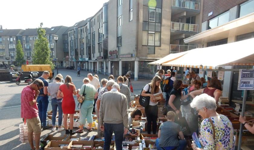 Amnesty en het werk van Amnesty stond letterlijk in het zonnetje tijdens de boekenmarkt in Houten. Er werd 8000 euro opgehaald. Vorig jaar was dat 5500 euro.