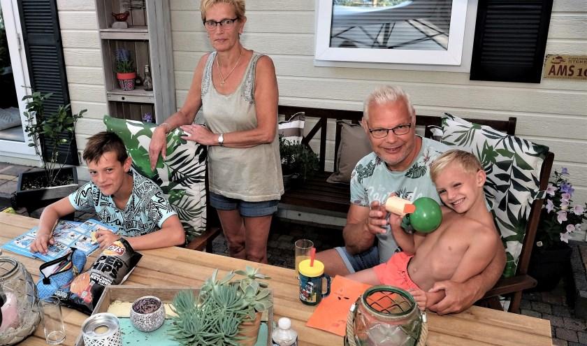De familie Meijer uit Den Haag geniet van Rhenen en omgeving. (Foto: Max Timons)