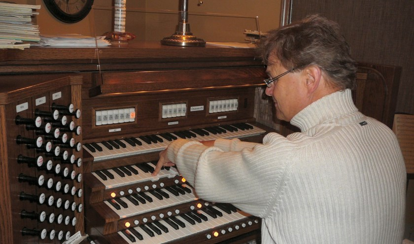André Knevel bespeelt een kerkorgel