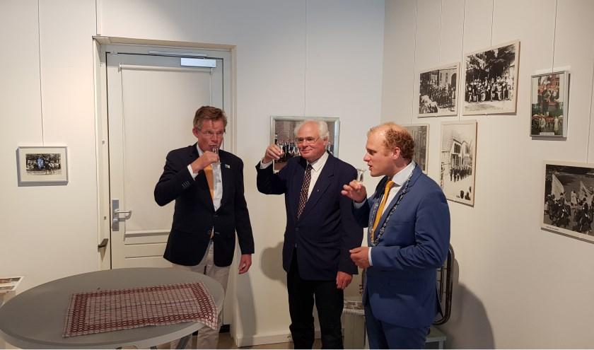 President Smit (l), voorzitter Van Lith en burgemeester Bengevoord openen de expositie met een traditionele jonge borrel.