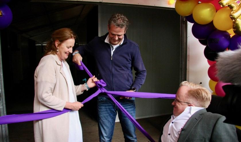 Minister van Gehandicaptenzaken Rick Brink (r.) opende met Daniëlle Schutgens, directeur HandicapNL en Barry Hegeman het hotel voor minder validen MiVa Las Vegas.