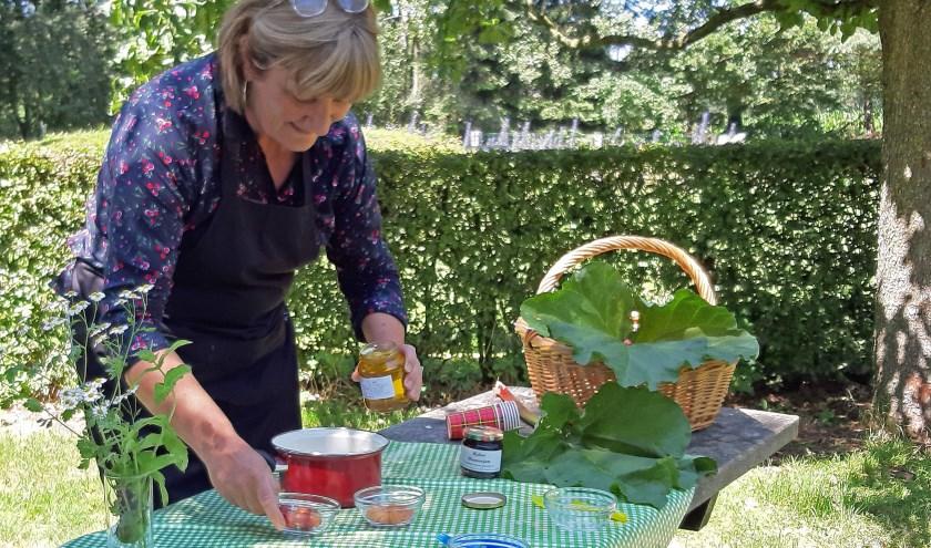 De tafels bij Natuurcentrum de Maashorst worden gedekt voor een maaltijd met producten van de bio-boer en uit de natuur.