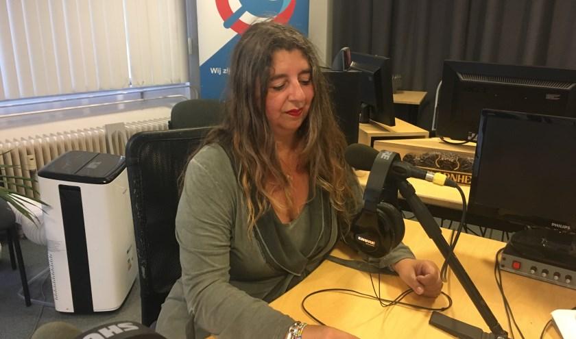 Ster van Kooten op haar 'magische' werkplek bij RTV Arnhem.