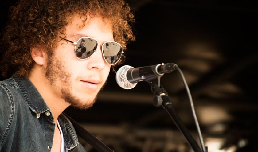 Alex de Prado speelt live tijdens Muziek Terras in Winkelcentrum Putten